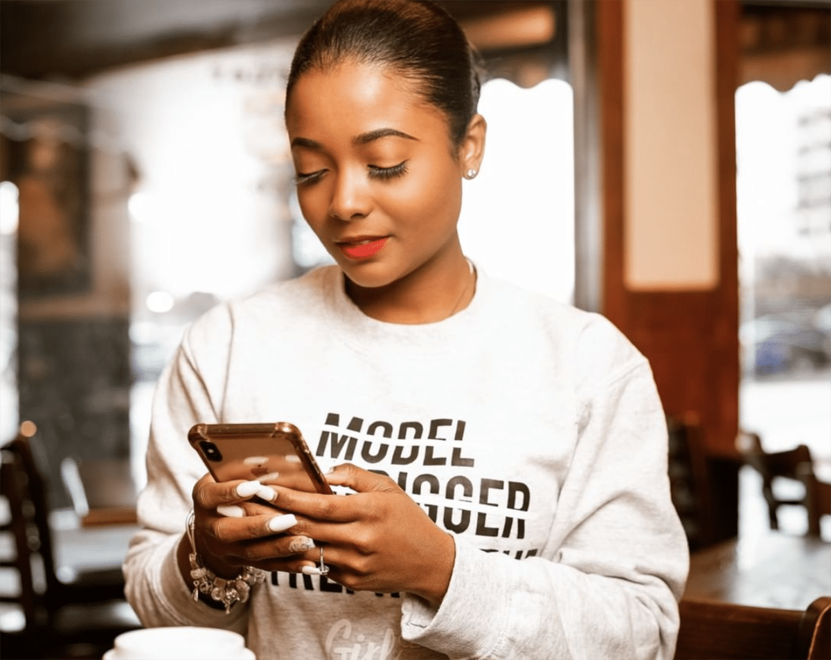 black-woman-reading-phone-girl-ceo