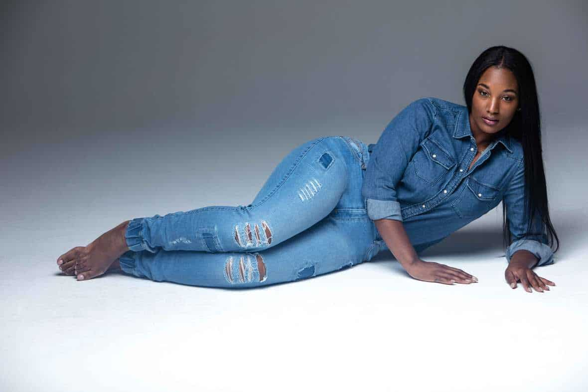 beautiful-curvy-black-women-wearing-tight-jeans